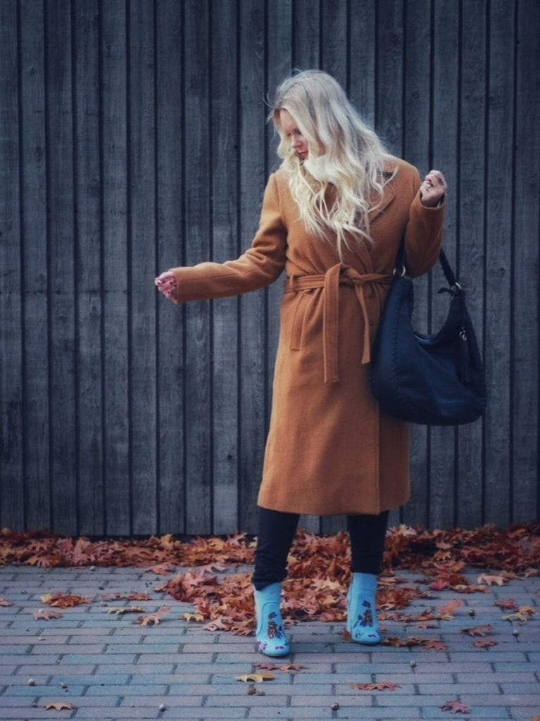 Alana @ilovedenham Trend Setter shopping in the fall with a rust-coloured long coat and blue shoes